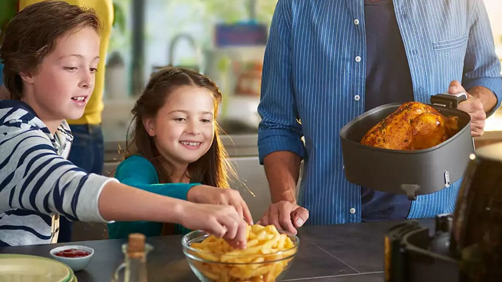 Philips Air Fryer HD9652 90 Family Eating